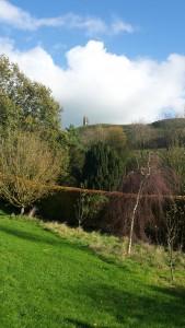 Uitzicht vanaf Chalice Wells op The Tor.